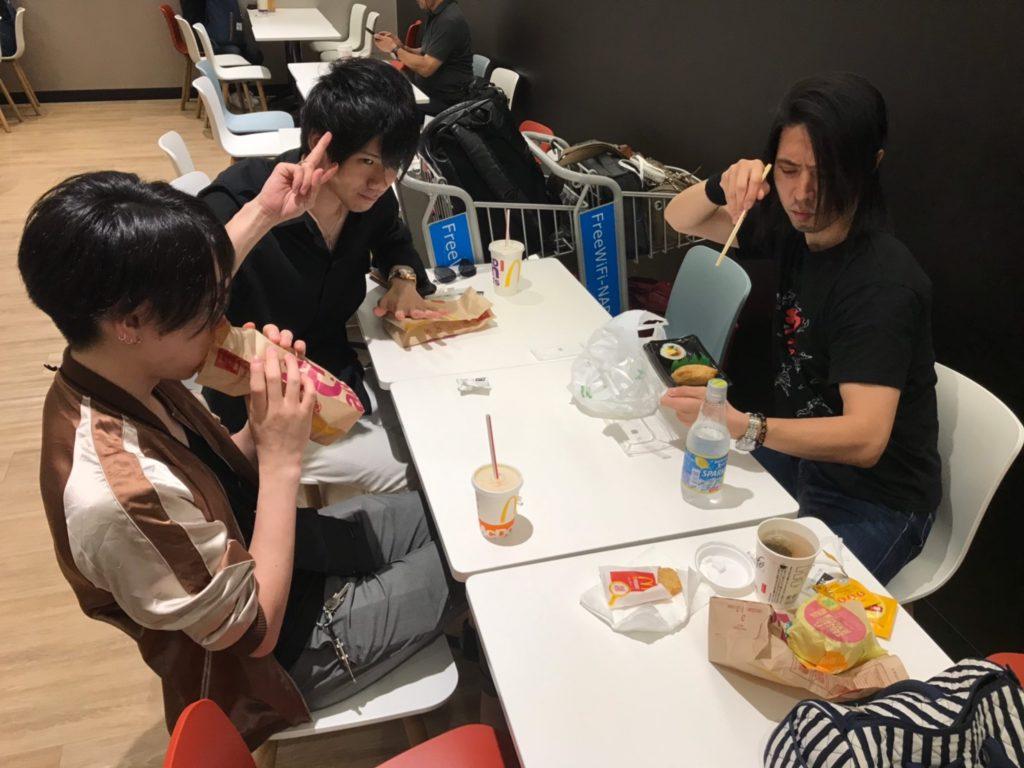 マクドナルドで食事するIRON ATTCK!