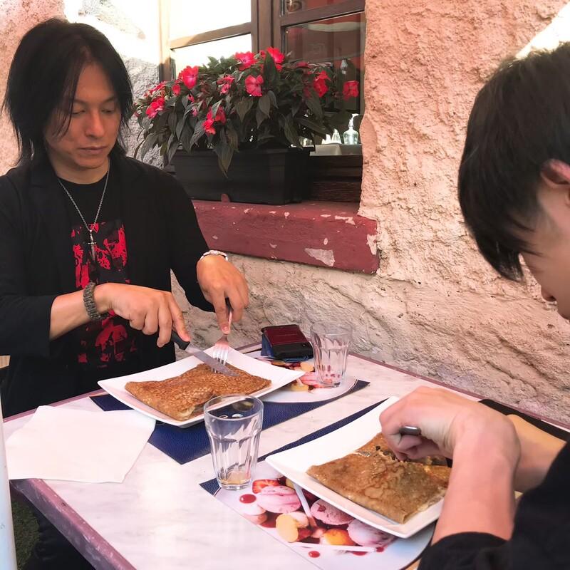 フランスで食事をするYAMA-Bと龍5150