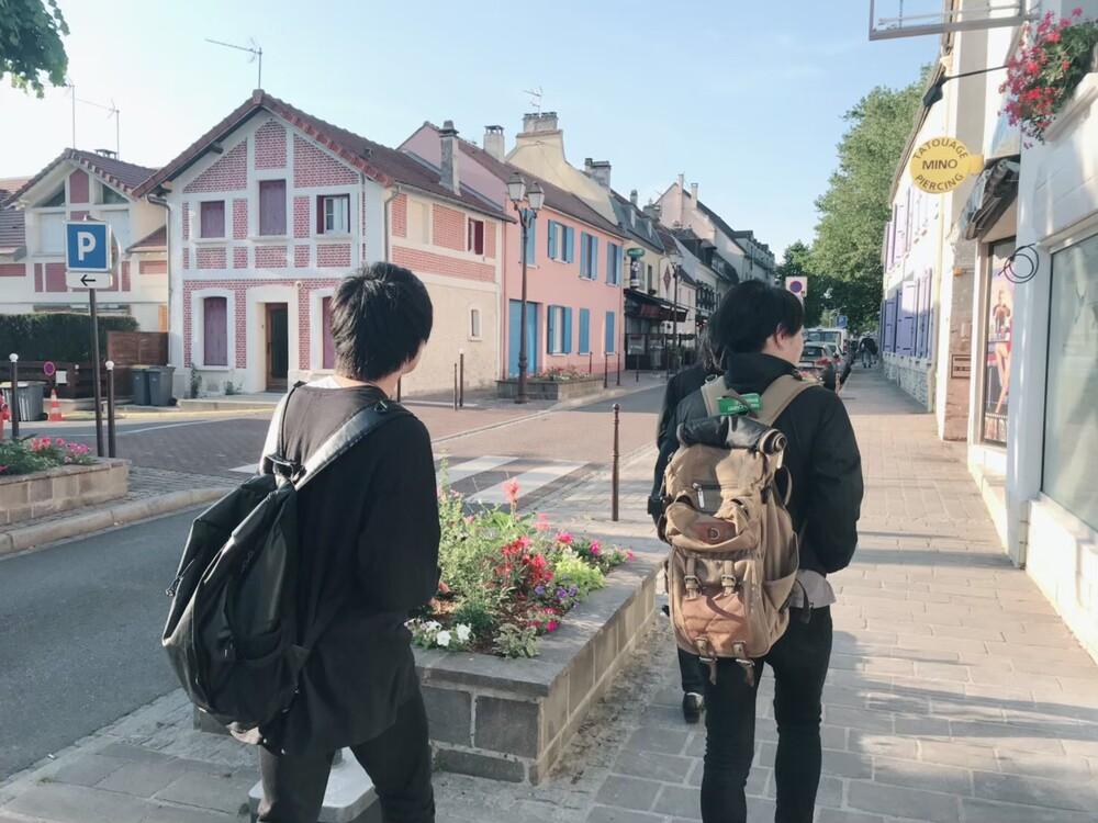 フランスの村を散歩するIRON ATTACK!のメンバー