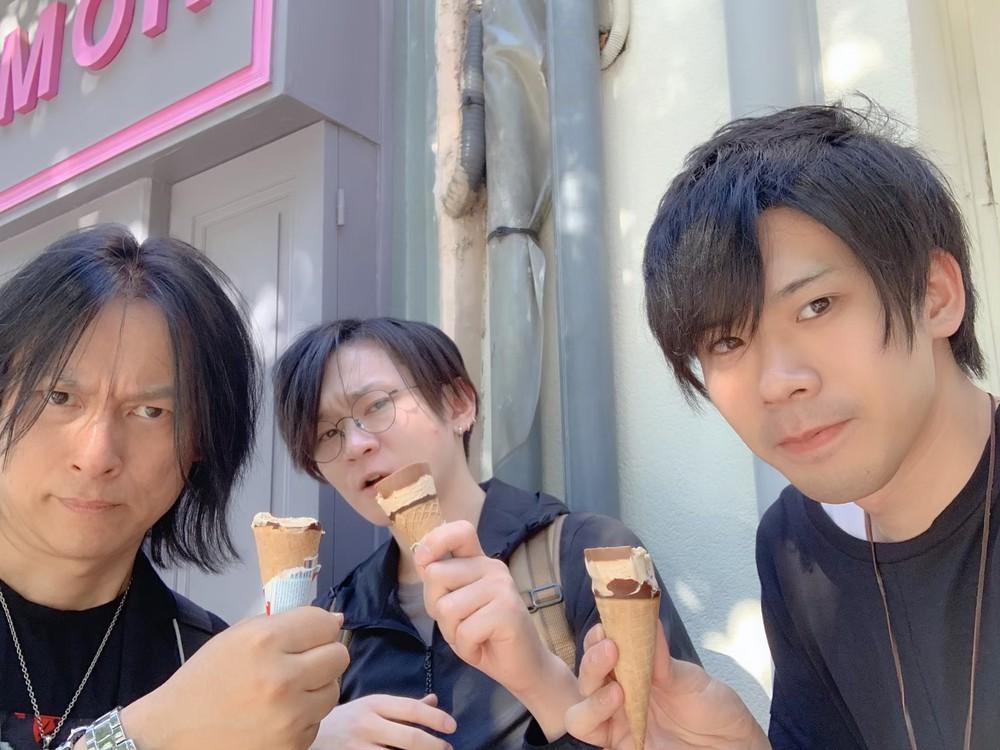 フランスでアイスクリームを食べるYAMA-Bと龍5150