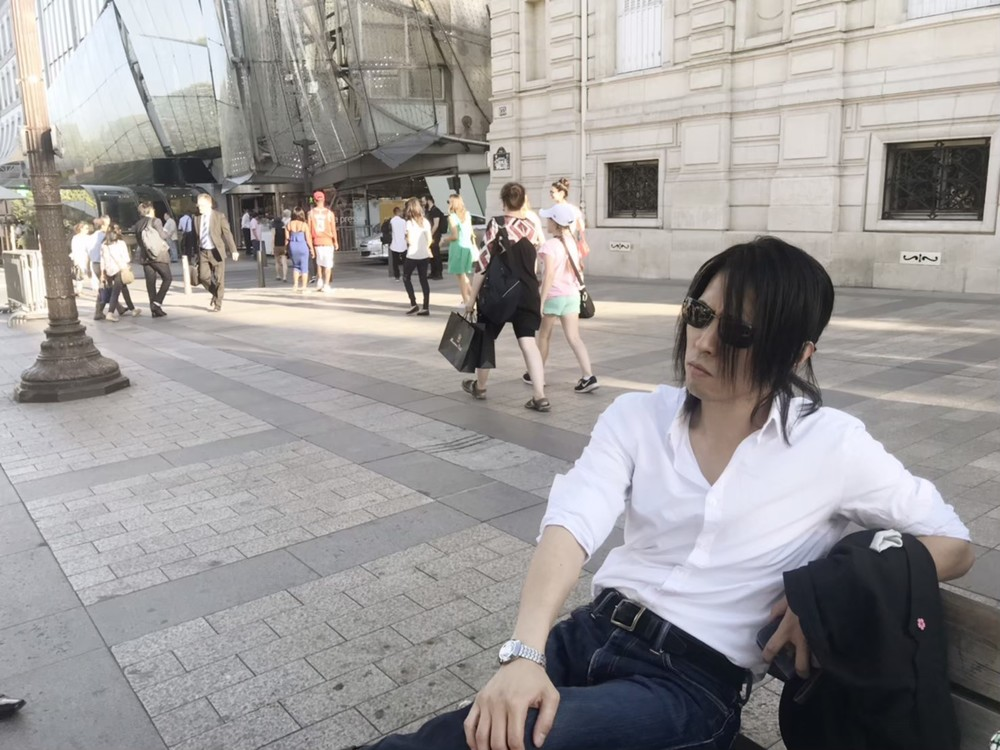 パリのベンチに腰掛けるIRON-CHINO