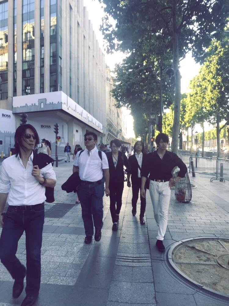 シャンゼリゼ通りを歩くIRON ATTACK!メンバー