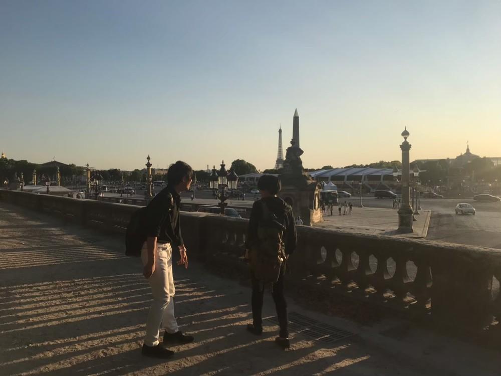 パリを散歩する龍5150とMikawa