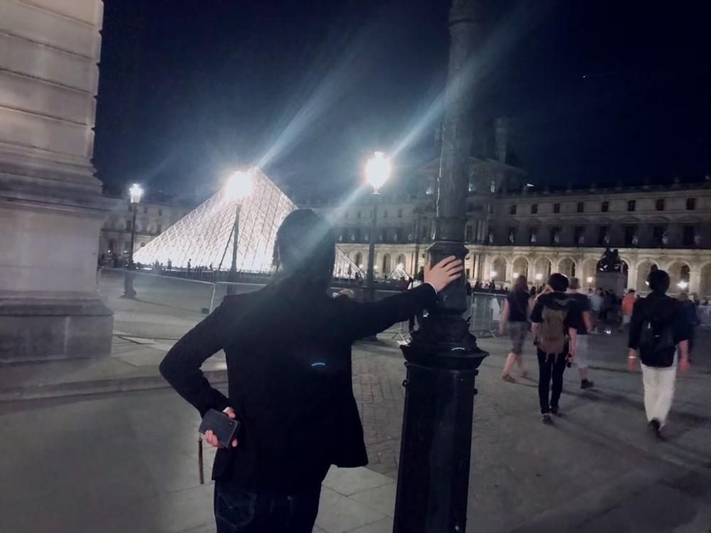 パリの街灯と戦うIRON-CHINO