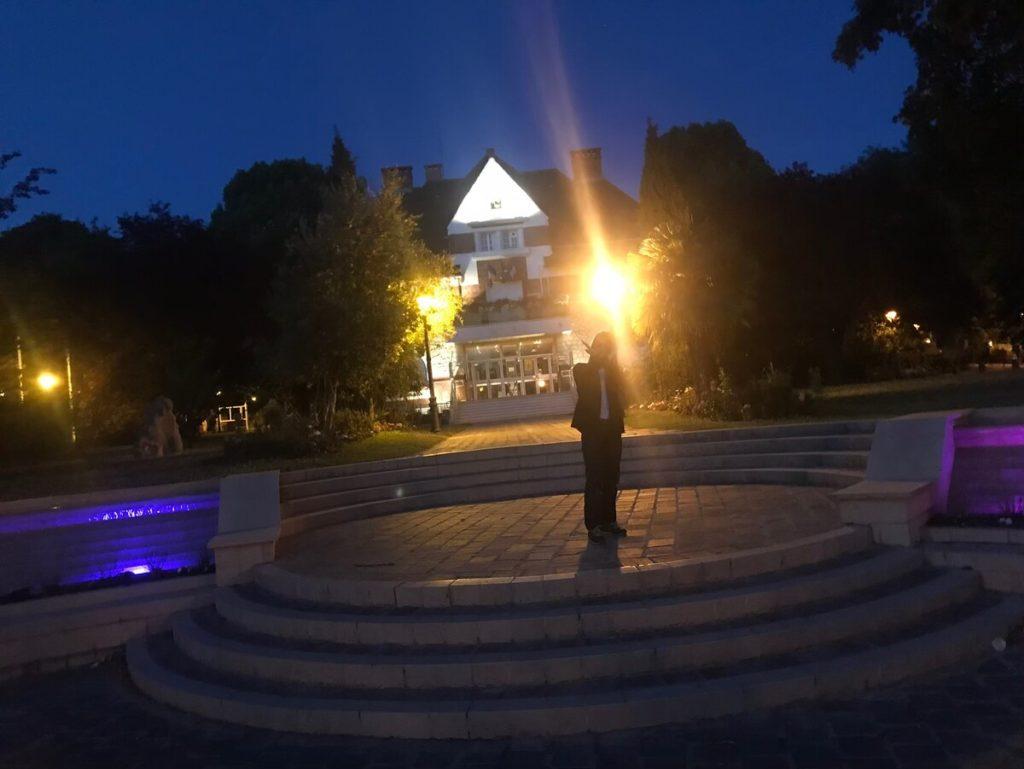 フランスで夜の村を散歩するIRON-CHINO