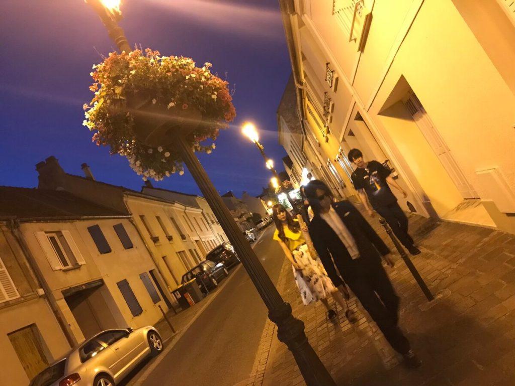 フランスで夜の村を散歩するIRON ATTACK!
