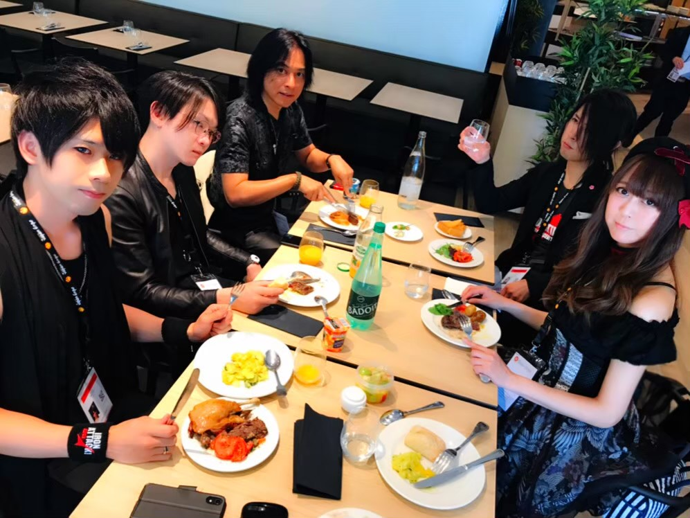 フランスのジャパンエキスポで食事をするIRON ATTACK!
