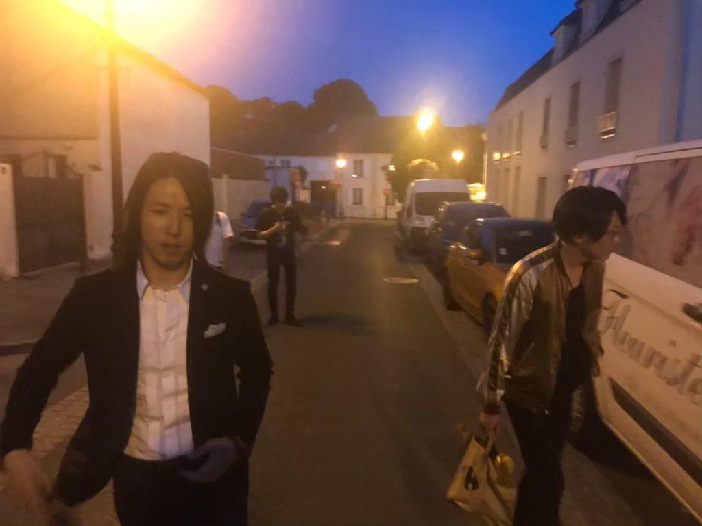 フランスの村を散歩するIRON-CHINOと龍5150