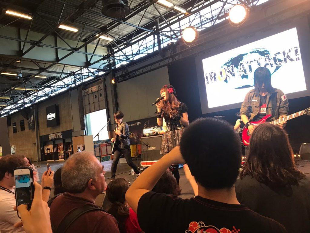 フランスのジャパンエキスポでライブをするIRON ATTACK!