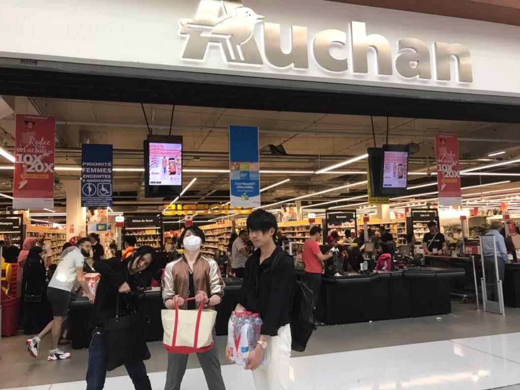 フランスのスーパーマーケットで買い物するIRON-CHINOと龍5150