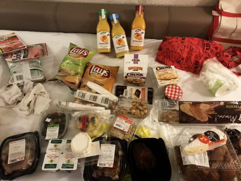 フランスのスーパーマーケットで買ったパン、ジュース、お菓子など