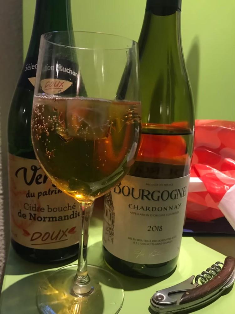 フランスの白ワインとワイングラス画像