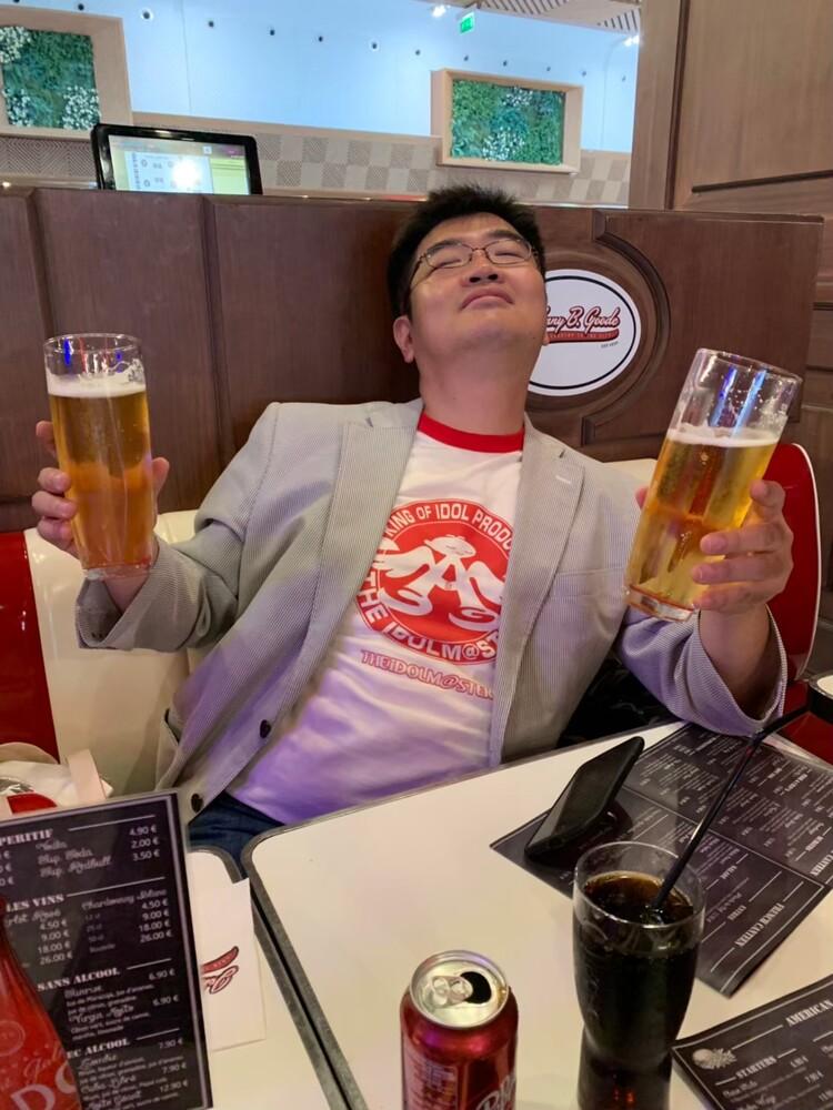 フランスビールを飲む日本人